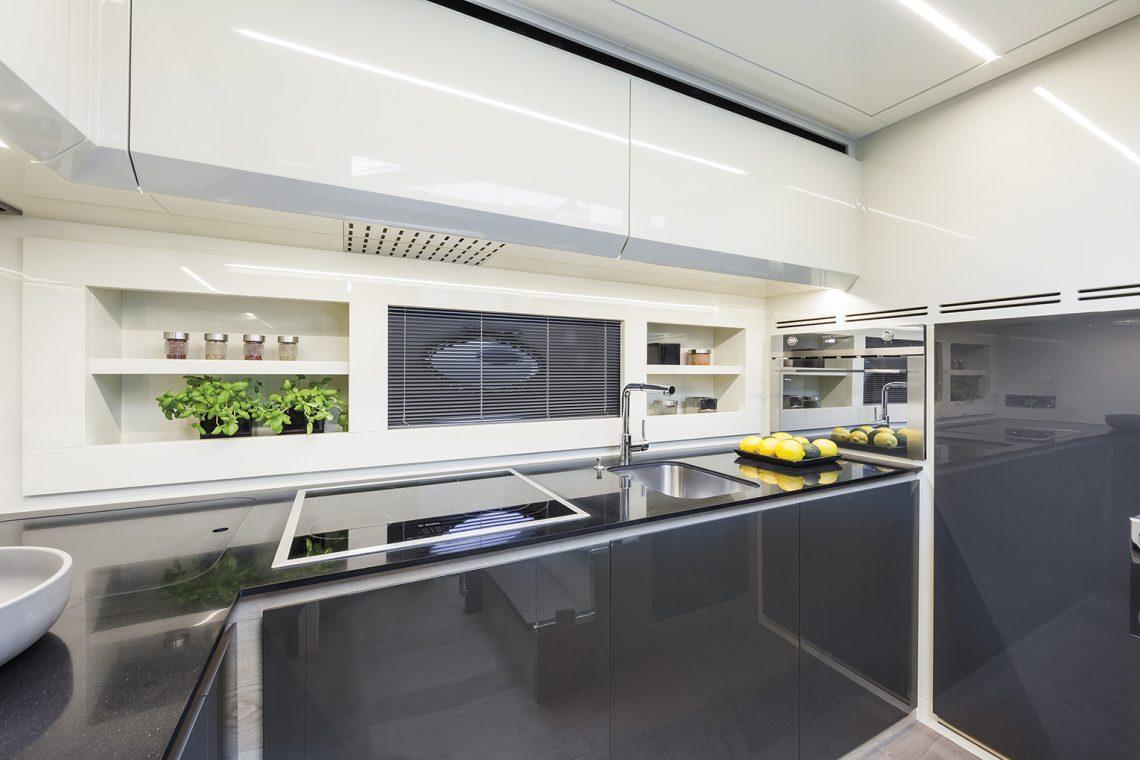 Pershing 70 - cucina