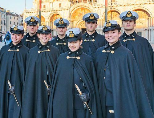 Ragazze e ragazzi liceali al College della Marina
